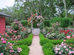 29 Great DIY garden projects that you can create to compliment your home Cottage Garden Design with . Amazing Gardens, Beautiful Gardens, Cottage Garden Borders, Backyard Cottage, Garden Renovation Ideas, Rose Garden Design, Rose Cottage, Cottage Style, Cottage House