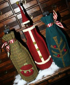 Fabric Wine Bottle Gift Bags Like the santa one. could make it out of felt! Wine Bottle Covers, Wine Bottle Art, Bottle Bag, Wine Bottle Crafts, Wine Tote Bag, Wine Bags, Wine Bottle Centerpieces, Christmas Wine Bottles, Wine Craft