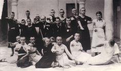 Mujeres y jóvenes republicanas de Montilla (Córdoba), rapadas y obligadas a saludar al estilo fascista, a principios de agosto de 1936. Foto cortesía de Arcángel Bedmar.