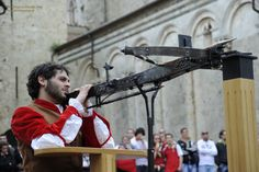 2016 - Balestro del Girifalco Historical Reenactment,  Aug. 14, in Massa Marittima (Grosseto), Piazza del Duomo. This festival was first held in the early years of the 14th century: 24 competitors, armed with replicas of 14th century Italian crossbows, used by their ancestors, com¬pete trying to center a target placed 30 meters away. On the back of the target is a painting of the festival's name¬sake, the girifalco (gyrfalcon),The competitor whose arrow hits the center of the target wins.