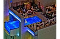 The floor swimming pool of the Joule Hotel in Dallas extends eight feet out over the city. One of the pool walls is actually clear, which gives any swimmer fantastic views of the city. Amazing Swimming Pools, Cool Pools, Hotels In Bangkok, Downtown Hotels, Bangkok Thailand, Piscina Do Hotel, Glass Building, High Building, Rooftop Pool