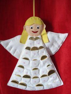 Vánoční adventní kalendář,látka,plsť   Anděl- závěsný plstěný kalendář , vypolstrován,zdoben hvězdičkami, 24 kapsiček na malé sladké překvapení,materiál plsť použít po více let rozměr 45x35 cm