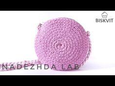 T-shirt yarn Camel stitch Crochet Backpack Pattern, Bag Crochet, Crochet Shell Stitch, Crochet Handbags, Crochet Slippers, Handbag Tutorial, Diy Handbag, Tshirt Garn, Crochet T Shirts