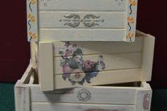 Conjunto de cajas de madera decoradas a mano con distintas técnicas.