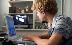 """Il rapporto OCSE-PISA evidenzia i problemi degli adolescenti """"utenti estremi"""" di Internet, in crescita anche in Italia. Ma la realtà è più sfaccettata di quanto si pensi."""