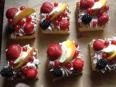 Snelle taartjes zelf maken. Bak (of koop) een cake en snijd hem in plakjes. Smeer op elk plakje een laagje yoghurt of mascarpone. Daarop leg je vers fruit. Bestrooi met een beetje poedersuiker als afwerking.