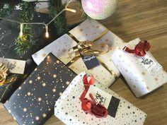 Grâce à nos jolis papiers cadeaux aux imprimés de la collection, faites des paquets originaux qui feront grand effet sous le sapin ! Punch Board, Big Shot, Gift Wrapping, Gifts, Collection, Wrapping Papers, Tiny Gifts, Fir Tree, Originals