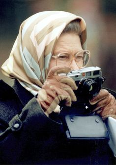 Queen Elizabeth II uses a Leica camera to take a photograph of her husband, the duke of Edinburgh, as he competes in the dressage section of the carriage driving championship, 12 May 1995 in Windsor. Old Cameras, Vintage Cameras, Robert Frank, Arte Robot, Queen Love, Isabel Ii, Her Majesty The Queen, Camera Gear, Queen Elizabeth
