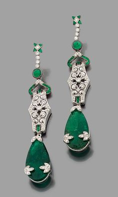 An emerald, diamond and gold ear pendants. of floral design, set with pear shaped emeralds, brilliant cut diamonds, cabochon emeralds calibrate, 18k white gold mounting, gross weight: 30.2 g, total weight of emeralds: about 33 carats, length: 8.4 cm