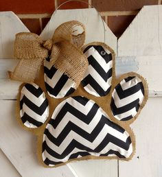 Chevron Paw Print Burlap Door Hanger by EverTwoClever on Etsy Burlap Projects, Burlap Crafts, Burlap Decorations, Craft Projects, Crafts To Do, Arts And Crafts, Chevron Burlap, Chevron Door, Gold Chevron