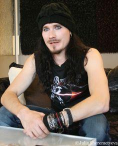 Tuomas Holopainen : [i]El hombre mas hermoso del mundo.. Me encantan esos ojos.. su mirada te penetra el alma en un segundo. [/i] [b]Tuomas te amo[/b] [i]Besos[/i]   i_l0ve_nightwish