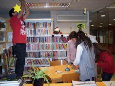 I els alumnes ens ajuden a decorar la biblioteca amb estrelles fetes per ells.
