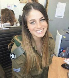 Israeli Female Soldiers, Female Mma Fighters, Israeli Girls, Idf Women, Brave Women, Military Women, Girls Uniforms, Just Girl Things, Powerful Women