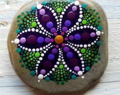 Piedra de playa pintadas a mano por Pitrone Miranda  Mandala de flores de arte de punto Tamaño: 2,5 pulgadas Colores: rojo, púrpura, magenta Forma: redondo diseño: Mandala, flor  Me gustaría combinar envíos en cualquier orden