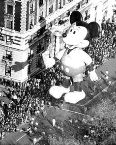 Mickey Mouse calmly surveys the crowd jammed along Central Park West and vice versa, at the 1973 Macy's Thanksgiving Day parade. Macys Thanksgiving Parade, Vintage Thanksgiving, Happy Thanksgiving, Mickey Mouse Balloons, Old Photos, Vintage Photos, Vintage Disney, Disney Love, Disney Parks