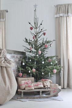 52 little Christmas tree decor ideas- 52 kleine Weihnachtsbaum Dekor Ideen 52 Little Christmas Tree Decor Ideas 52 Little Christmas Tree Decor Ideas Space shortages? Or do you just need a smaller version of your Christmas tree for another room? Christmas Tree Decorating Tips, Small Christmas Trees, Merry Little Christmas, Noel Christmas, Pink Christmas, Country Christmas, Simple Christmas, Beautiful Christmas, Winter Christmas