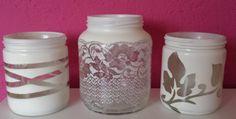 Theelicht houder maken van glazen potten. Sjabloon erop plakken (touw, kant, plakplastic) en dan met een spuitbus met verf eroverheen.