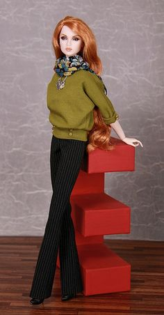 Olive batwing sleeve sweater w/out closure, adorned w/ tiny buttons. Pinstriped bootcut trousers, to close w/ a tiny button in front. Scarf w/ floral pattern Fashion Royalty Dolls, Fashion Dolls, Barbie Girl Doll, Love Fashion, Girl Fashion, Barbie Wardrobe, Barbie Collection, Batwing Sleeve, Barbie Clothes