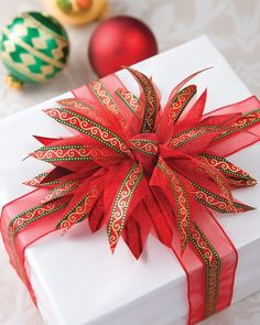 Pretty Petal Bow Tutorial There's more to wrapping gifts than mere papers and bows. Complement the tree with presents dressed in finery from this pretty petal bow tutorial. Gift Wrapping Bows, Creative Gift Wrapping, Gift Bows, Christmas Gift Wrapping, Gift Wrapping Tutorial, Wrapping Ideas, Japanese Gift Wrapping, Wrapping Presents, Gift Wraping