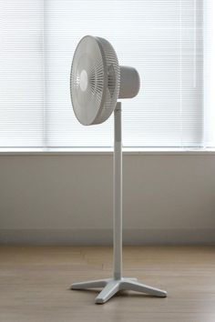 Electric fan with DC motor An electric fan powered by DC motor Produced by Plus Minus Zero 2012 Electric House, Electric Fan, Electronic Appliances, Home Appliances, Simple Designs, Cool Designs, Floor Fans, Id Design, Apartment Design