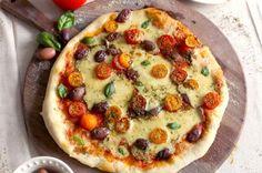 Pizza aux tomates cerises, au fromage vegan maison et au basilic