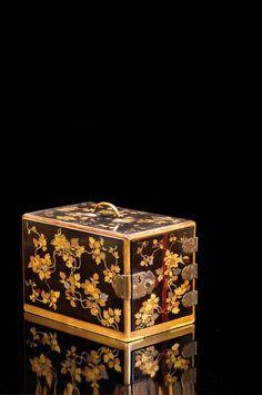 Cabinet en bois laqué ouvrant en façade à trois tiroirs,  la laque décorée de compositions florales à l'or  Période Meiji