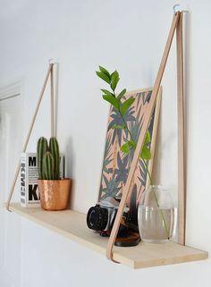 Jeg er vild med disse enkle hylder i træ og læder, og de er meget lette at lave selv. Du kan også bruge hylden som gallerihylde, ved fx at lave den ud af et smallere stykke træ. Du kan se her hvordan