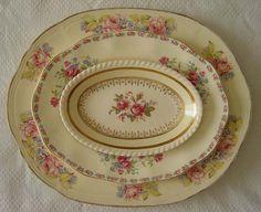 Sada tácků * smetanový porcelán se zlatým okraje a malovanými růžemi.