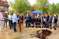 """El colegio #TheBritishSchoolOfNavarra tendrá pronto una nueva sede en el valle de Egüés donde construirá el nuevo centro educativo. Al acto celebrado en la parcela de Gorraiz, donde se edificará el nuevo centro, acudió Txus (fundador de Josenea). En el acto se plantó roble, que busca simbolizar la perdurabilidad del proyecto educativo. """"Se trata de un árbol muy fuerte de madera noble que se extiende en monte bajo por la mitad norte de Navarra. Es un símbolo de nuestra tierra y un árbol…"""