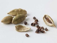 10 Health Benefits of Cardamom, Backed by Science Cardamom is an Indian spice known for its intense flavor and its use in traditional medicine, such as to help with digestion. Here are 10 health benefits of cardamom, backed by science. Masala Chai, Cardamom Benefits, Curry, Iced Tea Recipes, Healthy Aging, Healthy Tips, Healthy Choices, Healthy Recipes, Simple Syrup