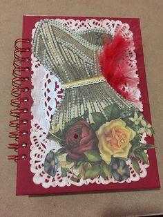 Agenda decorada  com corsellet bordado com pérolas , renda fina de algodão e plumas p dar um up