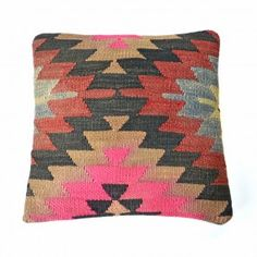 Coussin kilim chevrons rose, noir, beige et rouge #deco #ethnique #chic http://www.cabaneindigo.com/coussin-kilim/758-coussin-kilim-chevrons-rose-noir-beige-et-rouge.html