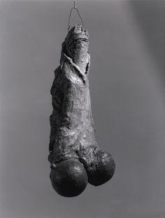 La Fillette, 1968 Louise Bourgeois. Latex, yeso y arpillera con gancho de metal, MoMA.