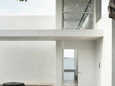 jolie-maison-avec-murs-blancs-de-style-minimalisme-fenetre-grande-exterieur-de-la-maison-blanche