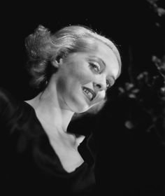 Film Noir Photos: Tracking with Closeups: Bette Davis Vintage Hollywood, Hollywood Glamour, Classic Hollywood, Bette Davis Eyes, Betty Davis, Film Genres, Star Wars, Becoming An Actress, Movie Magazine