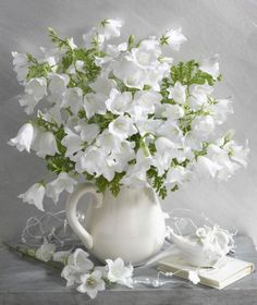 White flowers in white vase All Flowers, Fresh Flowers, Spring Flowers, White Flowers, Beautiful Flowers, Wedding Flowers, White Roses, Wedding Bouquets, Deco Floral
