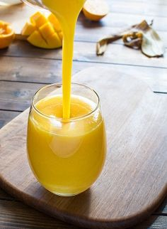 Quick, healthy and dairy-free, this Orange Mango smoothie will become your favorite in no time! Apple Smoothies, Healthy Smoothies, Healthy Drinks, Mango Orange Smoothie, Snacks Sains, Freshly Squeezed Orange Juice, Smoothie Prep, Jus D'orange, Exotic Food
