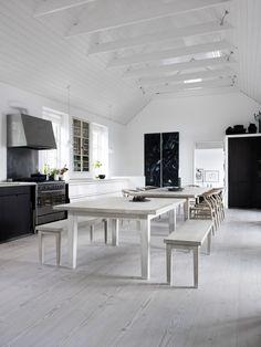 Une maison scandinave inspirée par le minimalisme japonais sur - www. Interior Exterior, Home Interior, Kitchen Interior, Modern Interior, Dining Area, Kitchen Dining, Dining Chairs, Big Kitchen, Kitchen Rustic
