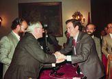 Manuel Santolalla de Lacalle, anterior presidente, felicita al nuevo presidente Diego Romero Marín en su toma de posesión.