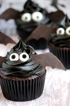these easy bat cupcakes are the perfect treat for your Halloween festivities. these easy bat cupcakes are the perfect treat for your Halloween festivities. Halloween Desserts, Plat Halloween, Halloween Fingerfood, Dulces Halloween, Postres Halloween, Halloween Cupcakes Easy, Hallowen Food, Halloween Food For Party, Spooky Halloween