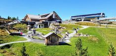 Man muss nicht unbedingt wandern, um Spaß zu haben: Rund um die Panoramabahn-Bergstation erwartet Eltern und Kinder Nocky's AlmZeit - ein Berg-Natur-Erlebnisraum. Entlang des AlmZeit-Rundweges erwartet große und kleine Gäste spannende Stationen rund um Bergzeithasen Nocky und dem Thema Zeit.  Einkehr in der Almzeit-Hütte möglich. #urlaub #österreich #austria #kärnten #carinthia #carinzia #schöneorte #reiseziele #travelinaustria #reisenmitkindern #urlaubsdestination #nockberge #alpen #hütten Mansions, House Styles, Home Decor, Water Playground, Driving Route Planner, Roller Coaster, Traveling With Children, Road Trip Destinations, Luxury Houses