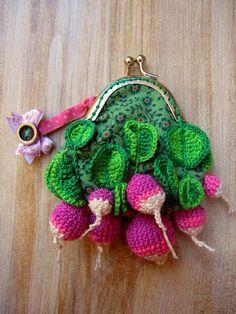 [Envie de dépenser plus qu'un radis] Petit porte-monnaie botte de radis pour aller faire son marché! Les radis sont réalisés en coton crocheté puis cousus sur une base de tissu liberty doublée, par Carole D. #concourstricot