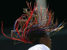Um costume entre os atletas é fazer um corte de cabelo especial apenas para a disputa da Olimpíada. São várias opções: coloridos, raspados, rastafaris, trancinhas, moicano, estilosos, inusitados ou até mesmo uma mistura de vários tipos, como, por exemplo, da tenista americana Venus Williams, com suas tranças coloridas. Confira outros cortes que os atletas adotaram para os Jogos Olímpicos:  Foto: Reuters