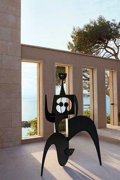 A villa in Saint-Tropez: RHLD, Villa St. Tropez, sculpture Philippe Hiquily.
