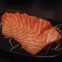 My favorite with some soy sauce to dip it in Healthy Cooking, Healthy Food, Healthy Recipes, Sashimi Sushi, Asian Recipes, Ethnic Recipes, Soy Sauce, Maya, Salmon
