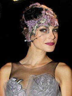 NYで開催された、フレグランス「Fame」のイベントに出席したジェシカ・スタム。インパクト大のヘッドドレスとメイクアップで、レディ・ガガの世界観を表現。