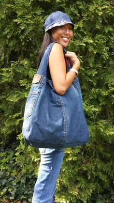 This upcycled denim purse is an attention-grabber. The Ultimate Denim Tote Bag – made from Your Own Jeans! 5 diy no sew recycled denim Denim Jean Purses, Denim Purse, Denim Handbags, Denim Tote Bags, Hobo Bags, Diy Jeans, Jeans Recycling, Mochila Jeans, Denim Bag Patterns