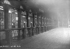 1923 - Düsseldorf, vue des guichets de la gare abandonnés. Photographie de presse : Agence Rol