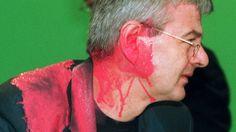 Farbbeutelatacke 1999 - Joschka Fischer beim Sonderparteitag der Grünen zum Kosovokrieg