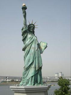 A Szabadság Megvilágosítja a Világot, ismertebb nevén a Szabadság-szobor New York előtt, a Liberty Islanden található, a Hudson folyó torkolatánál.